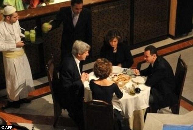 John Kerry beim Abendessen mit Baschar Hafiz al-Assad