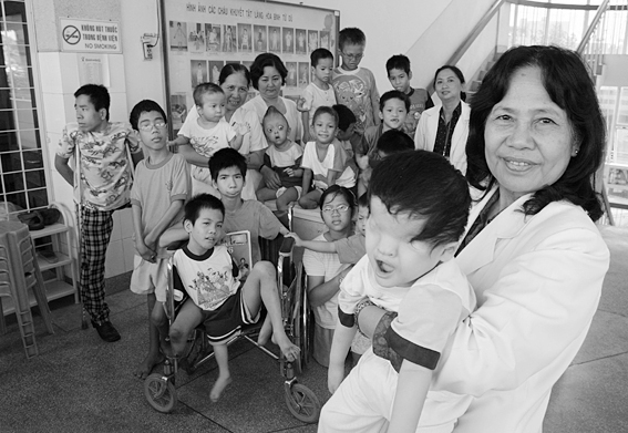 Opfer von Agent Orange - Bildquelle: Wikipedia / Alexis Duclos - Vietnam. 12/2004. Ho Chi Minh. Professor Nguyen Thi Ngoc Phuong, at Tu Du Obstetrics and Gynecology Hospital is pictured with a group of handicapped children, most of them victims of Agent Orange.