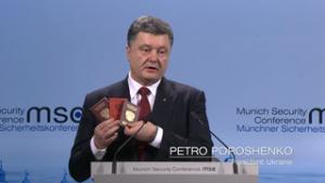 Poroschenko und die Reisepässe - Bildquelle: www.securityconference.de