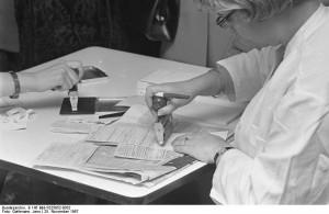 Schutzimpfung - Bildquelle: Wikipedia / Bundesarchiv, B 145 Bild-F025952-0032 / Gathmann, Jens / CC-BY-SA