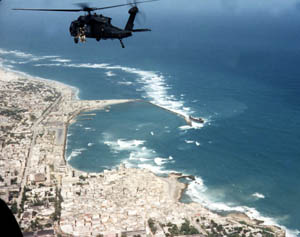 Black Hawk über Mogadischu - Bildquelle: Wikipedia / United States Special Operations Command, Public Domain