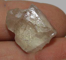 Fluoritkristall - Bildquelle: Wikipedia / Der Messer; GNU-Lizenz für freie Dokumentation, Version 1.2
